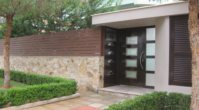 Oinois 19, entrance